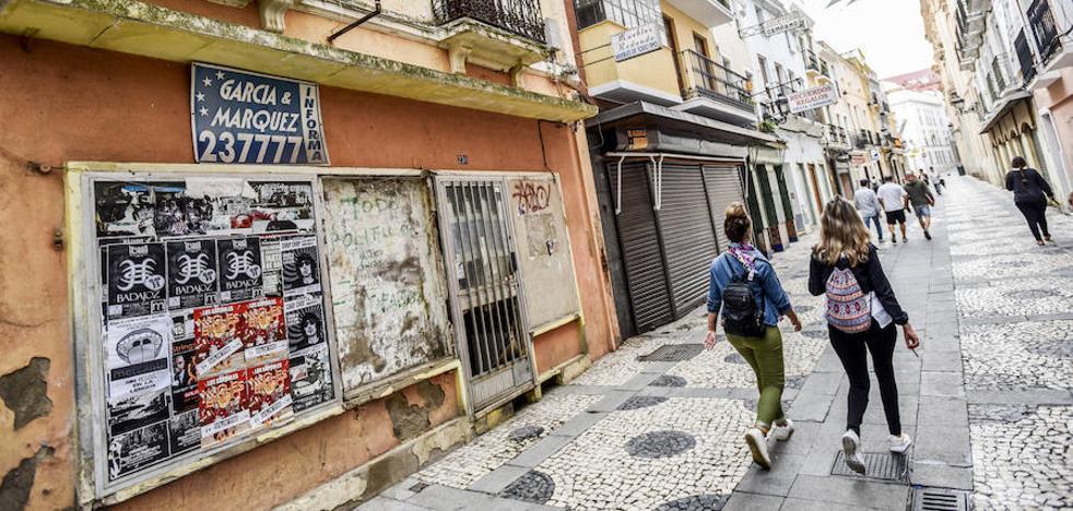 Solo seis comercios resisten en la calle San Juan de Badajoz