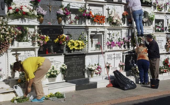 Cientos de personas visitan el cementerio de Mérida