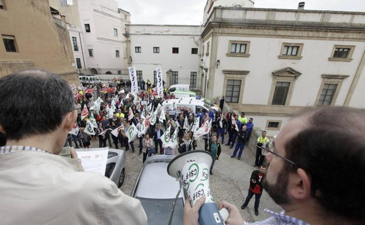 Los trabajadores municipales claman a las puertas del Ayuntamiento de Cáceres