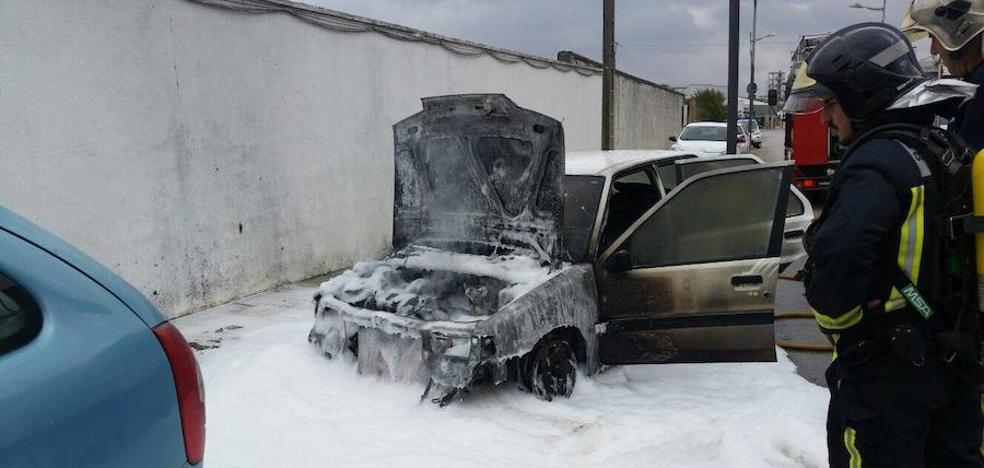 Arde un vehículo en la calle Guadiana de Los Santos de Maimona sin causar ningún daño