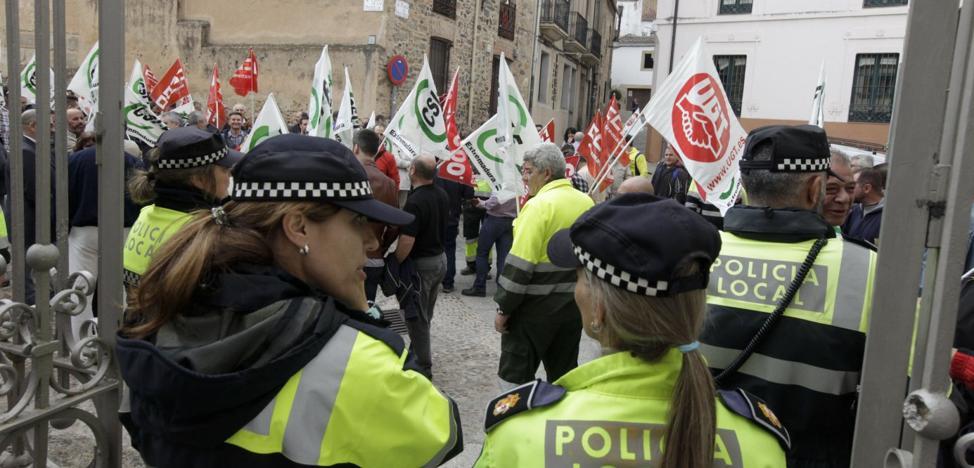 Los sindicatos protestan por la revisión salarial y amenazan con boicotear el pleno del día 16