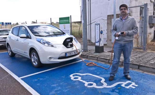 Usuarios del coche eléctrico dan la bienvenida al proyecto de la red de carga de la Diputación