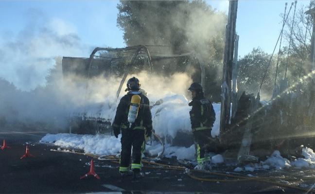 Un camión arde cerca de Calamonte y provoca retenciones en la autovía A-5