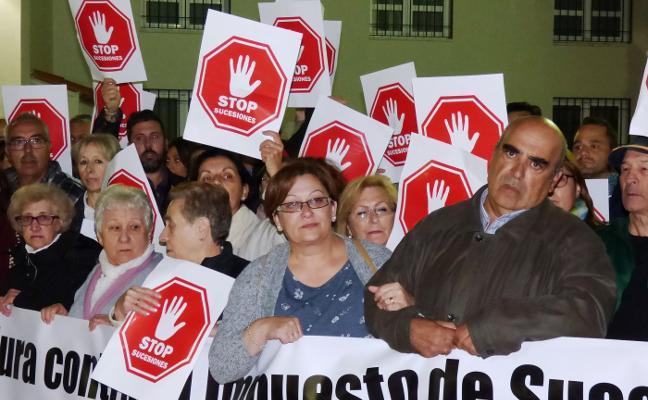 Cientos de vecinos apoyan en la calle a la familia Rebate