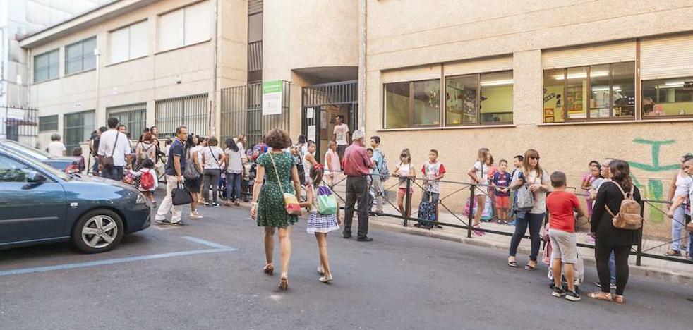 El Ayuntamiento de Cáceres busca soluciones para mejorar el acceso y el entorno del colegio Nuestra Señora de la Montaña
