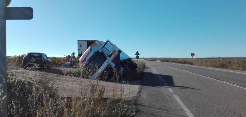 Un camión sufre un accidente al salirse de la vía en Almendralejo