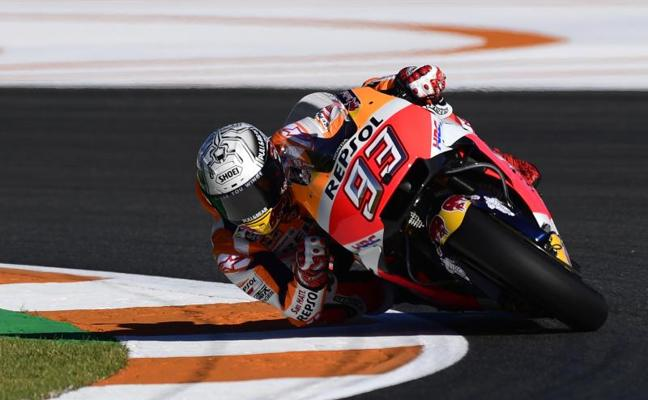 Márquez pasa la presión a Dovizioso en otro día con caída