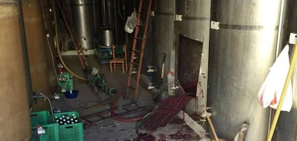 Intoxicados tras caerse en un depósito de elaboración de vino en las bodegas José Zapata