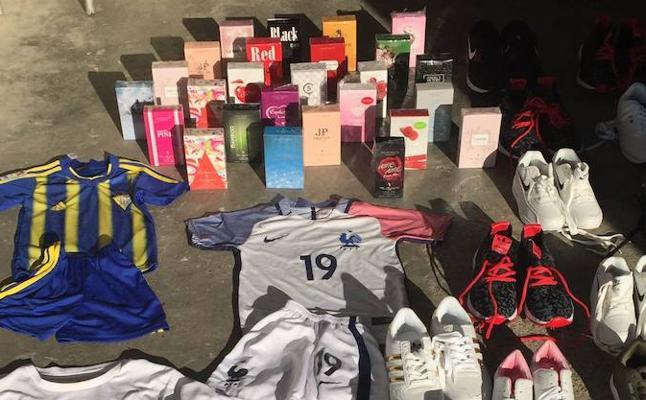 Intervienen perfumes, zapatillas y prendas deportivas en el mercadillo de los domingos