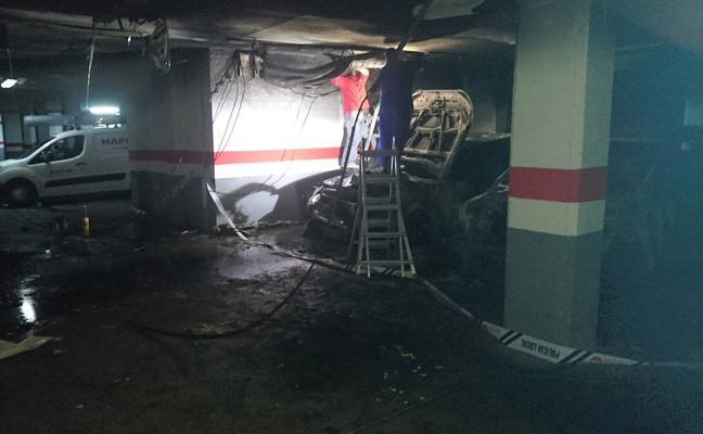 Cuatro coches afectados por un incendio originado en un garaje en Don Benito