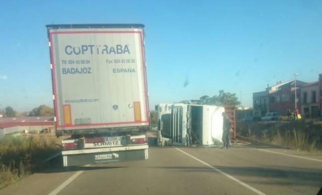 Vuelco de un camión en la Ex-300 a la altura de Solana de los Barros