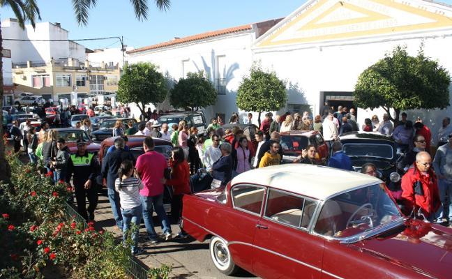 Paseo por las calles de Valverde de 150 vehículos clásicos
