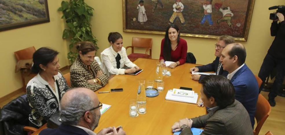 La Junta valora las ideas de Podemos pero no descarta otros acuerdos