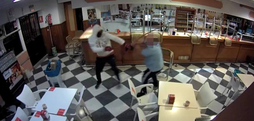 Trata de evitar a cepillazos que roben en su bar de Montijo