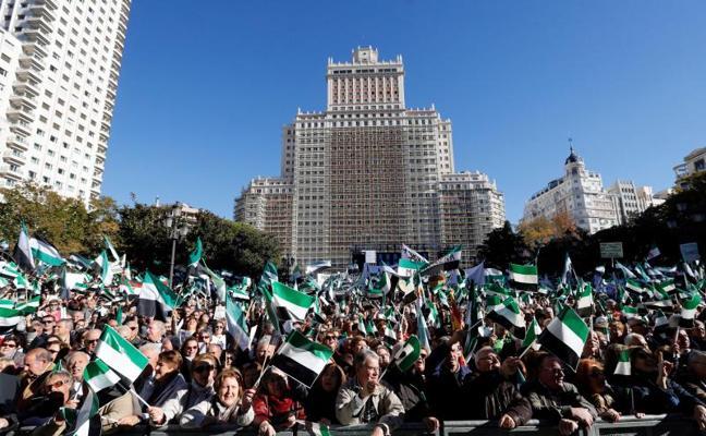 Marea de banderas extremeñas en el corazón de Madrid