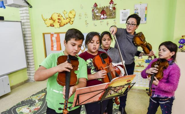 Los niños de los Colorines aprenden a tocar el violín