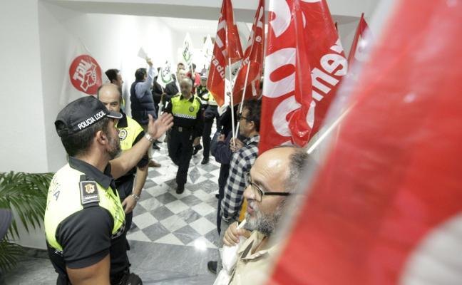 Trabajadores municipales de Cáceres se enfrentan a una sanción por irrumpir en un pleno