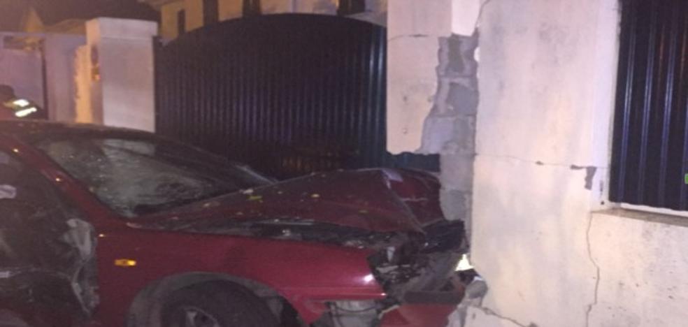 Un coche con seis jóvenes se empotra contra una vivienda en Las Vaguadas