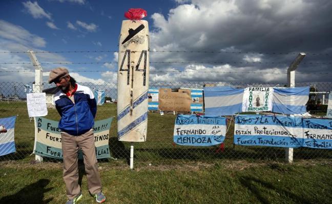 Las familias de los submarinistas, preocupadas por si queda oxígeno