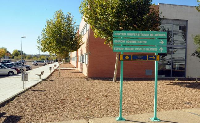 La UEx invierte 30.000 euros en reformar las cubiertas y mejorar los aularios del CUM