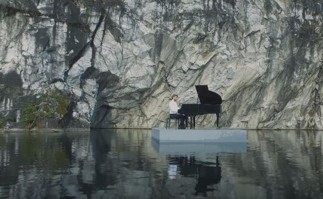 Pianista sobre un lago