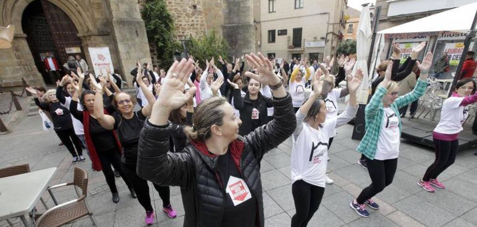'Flashmob' en Cáceres por los 25 años de la campaña 'Nadie sin hogar' de Cáritas