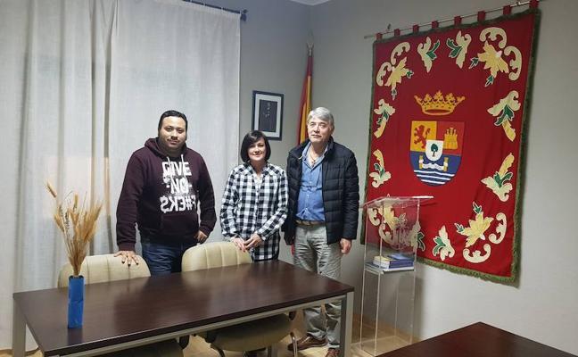 Reunión de miembros de la agrupación con la alcaldesa de Valdesalor