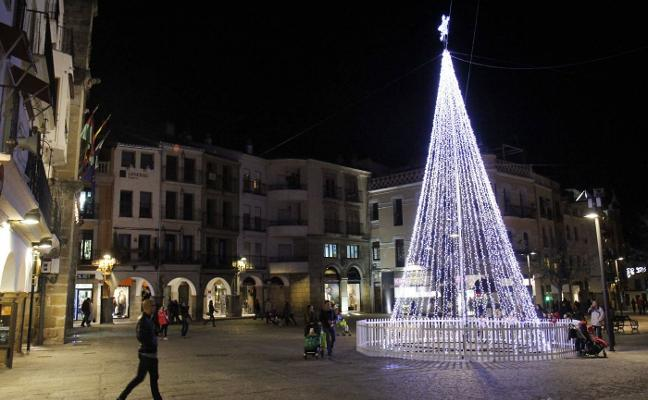 La iluminación navideña se enciende el día 4 en Plasencia y recupera la estrella de Santa Bárbara