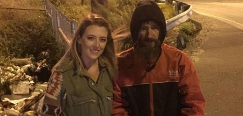 Un mendigo le da sus últimos 20 dólares cuando se quedó sin gasolina y ella le recompensa recaudando 225.000