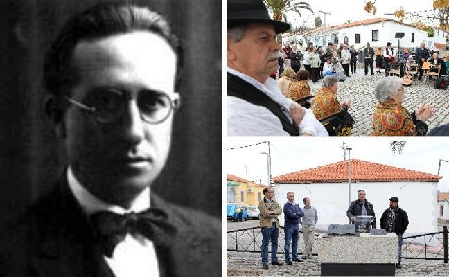 Rinden homenaje a Luis Chamizo colocando una estatua en su plaza