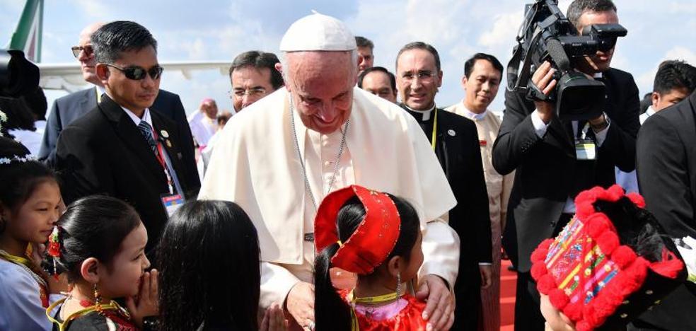 El Papa se reúne con el general responsable de la persecución a los rohinyá en el inicio de su delicada visita a Birmania