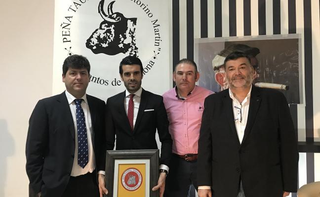 Emilio de Justo recibe el trofeo a la mejor faena del año a un victorino