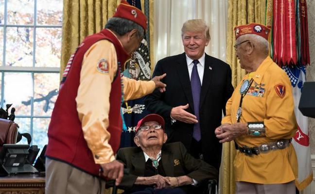 Trump llama a una senadora Pocahontas en una reunión con navajos