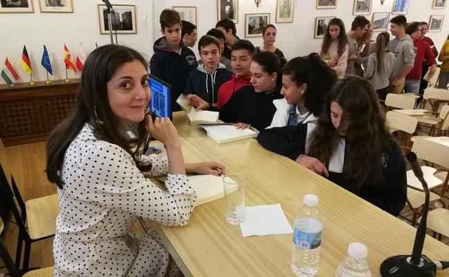 Espido Freire con alumnos del Sagrado Corazón de Trujillo