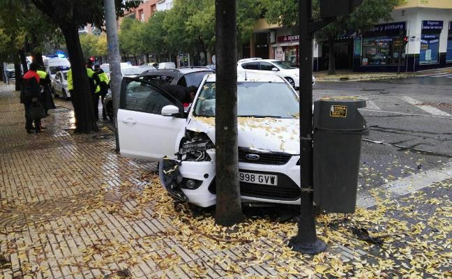 Choca contra un árbol en Badajoz
