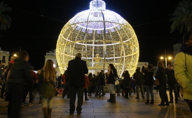 Un gran bola luminosa presidirá la Plaza España de Mérida durante las fiestas navideñas