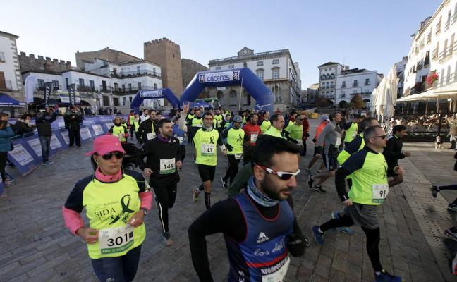 Más de 300 corredores se solidarizan contra el VIH y el sida en Cáceres