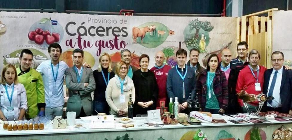 Miles de personas conocen los productos DOP e IPG de la provincia de Cáceres en la feria de Gijón