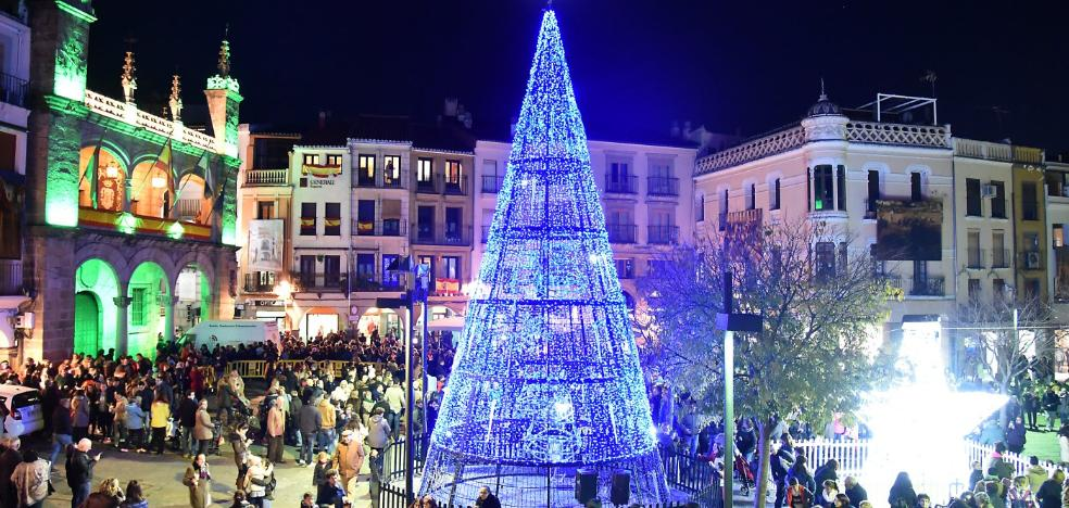 Multitudinario encendido de la iluminación navideña en Plasencia