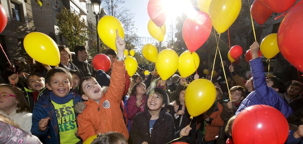 Globos rojos y amarillos para conmemorar el 39 aniversario de la Constitución Española en Cáceres