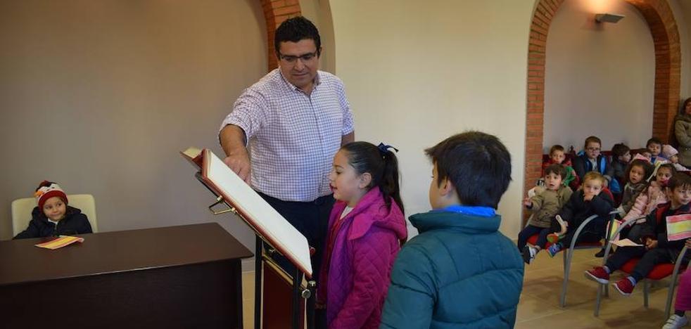 Los niños del colegio público Virgen de la Antigua de La Haba visitan el Ayuntamiento