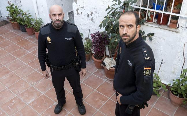 Dos policías salvaron al hombre que quedó inconsciente en el incendio del lunes