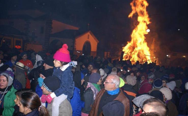Miles de vecinos y visitantes se echan a la calle para celebrar Los Escobazos