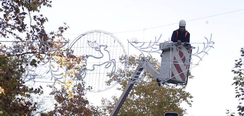 Mantenimiento en la iluminación navideña en Cáceres