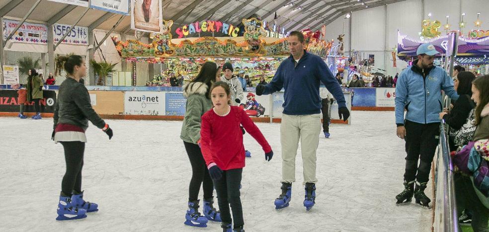 Patinar sobre hielo ya es un clásico en la Navidad cacereña