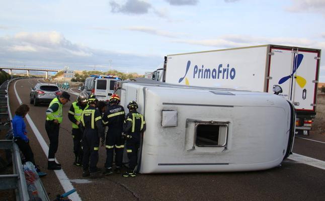 Ilesas tras volcar su autocaravana en la A-66, a la altura del Hospital Tierra de Barros