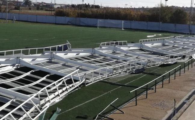El viento tira la techumbre de los campos de la Federación en Badajoz
