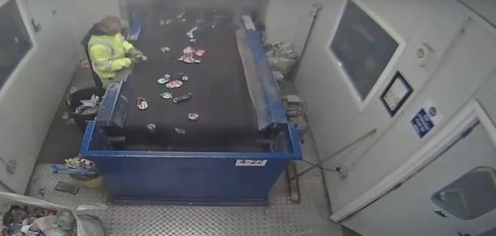 Una bengala estalla entre las manos de un empleado en una planta de reciclaje