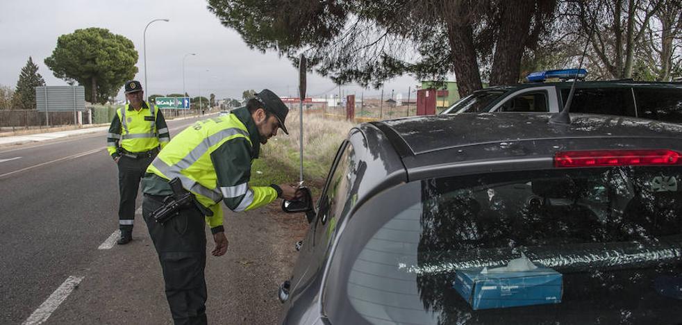 Guardias civiles en moto también hacen ya los test de alcohol y drogas