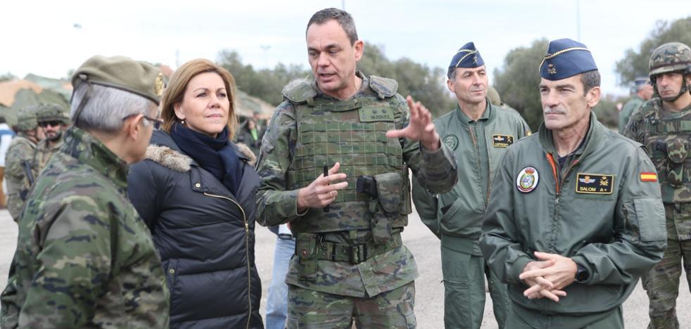 Cospedal dice en Cataluña que el Ejército está listo para defender la «integridad territorial»